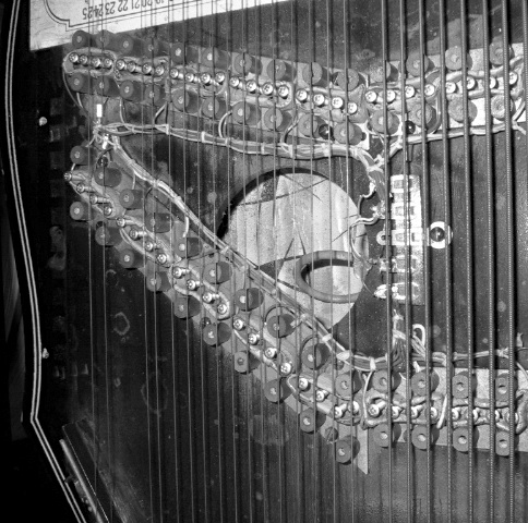 bbc-radiophonic-zither-close-up